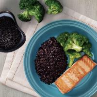 Salmão grelhado com arroz negro e brócolis