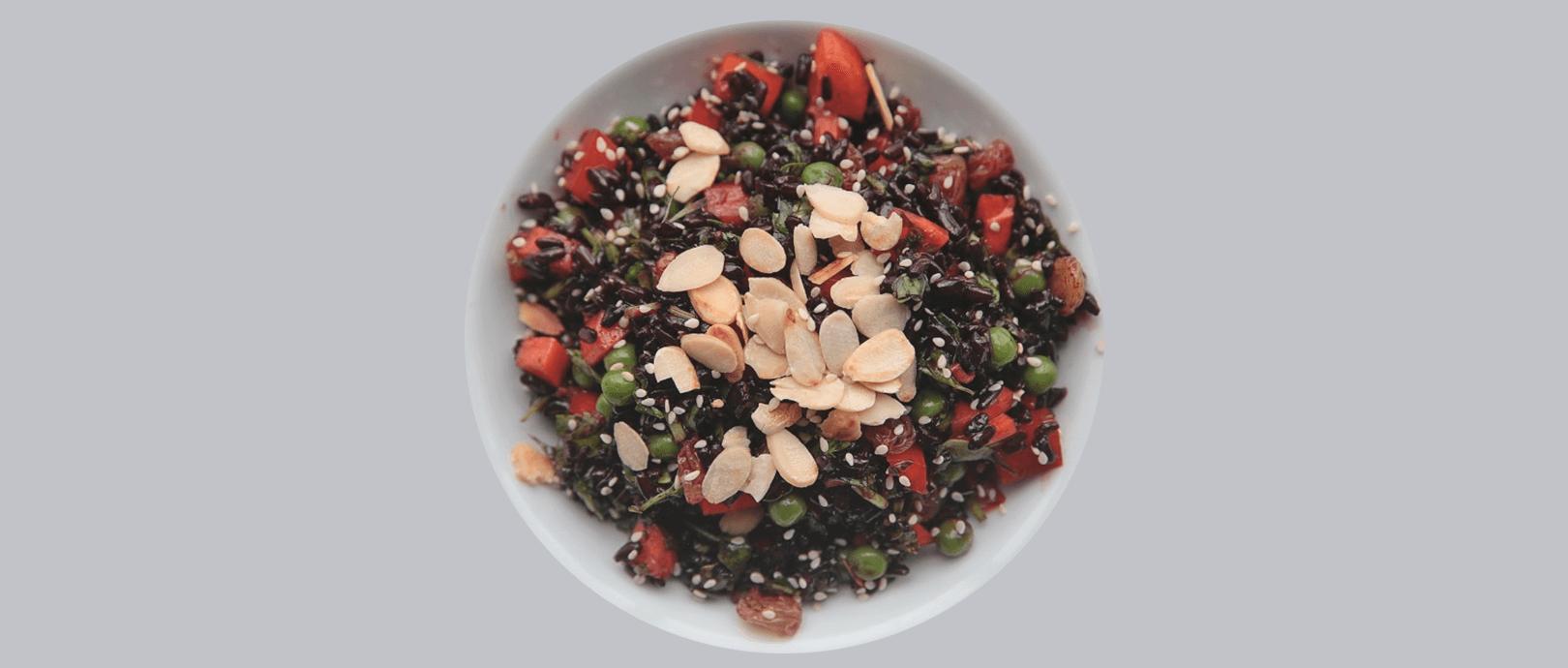 Salada Fria de Arroz Negro ao Molho Thai by Guria Natureba